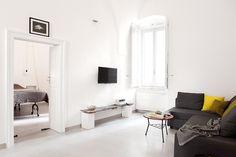 faulenzen, lesen, Weintrinken, ... großes Sofa, HD Sat-TV, Röhrenradio, WLAN. / / / / / /   casapolpo.com (Ferienwohnung) CASA POLPO appartamento  #italien #apulien #monopoli #puglia #italia #urlaub #ferienwohnung #casapolpo #interior  #design #sideboard #wohnzimmer #livingroom  #travel #italy