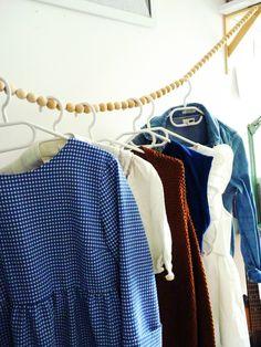 Une guirlande de perles en bois comme porte vêtements