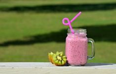 Detox smoothies can help you lose weight by detoxifying body. Check out these 15 detox smoothie recipes that will also help you to intake lots of liquid. Kiwi Smoothie, Detox Smoothie Recipes, Protein Shake Recipes, Good Smoothies, Protein Shakes, Fruit Smoothies, Healthy Recipes, Detox Smoothies, Nutribullet Recipes