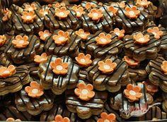 Orechová saláma obalená v kokose | NajRecept.sk Graham Crackers, Biscotti, Diy And Crafts, Sweet Tooth, Stuffed Mushrooms, Muffin, Food And Drink, Cookies, Vegetables