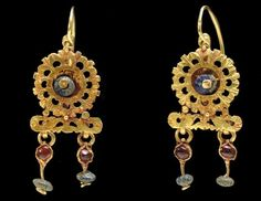 A pair of Roman gold, glass and garnet earrings | ca. 3rd century AD