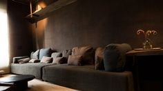 I am a long time fan of Belgian interior designer Axel Vervoordt. His latest work was an assignment by Robert de Niro who co-owns the New York Greenwich Hotel. The assignment was to restyle the penthouse in to a luxurious calming sanctuary. This is his best work till now, the muted colours, the ri