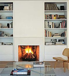 A lareira entre as estantes repletas de livros convida a sentar e ficar. De alvenaria, o modelo pré-fabricado é revestido de madeira laqueada na parte de cima. Projeto de Claudia Haguiara.