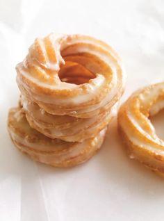 Recette de Ricardo de beignets aux pommes Delicious Donuts, Delicious Desserts, Dessert Recipes, Beignets, Churros, Ricardo Recipe, Haitian Food Recipes, Slow Cooker Beef, Arabic Food