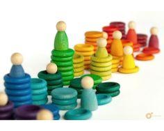 Nins Carla con anillas y monedas Conjunto de 12 nins, 72 anillas y 36 moneda producidos artesanalmente por Grapat con los 12 colores del arco iris. Para juego sensorial, perceptivo, imaginativo y simbólico afín a la pedagogía Waldorf. Incluye bolsa de tela. #parentalis #juguetesdemadera #grapat #juegolibre #eco
