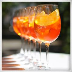 Aperol Spritz - great pic Top Cocktails, Summer Cocktails, Wine Drinks, Alcoholic Drinks, Beverages, Italian Drinks, Italian Recipes, Whisky, Campari And Soda
