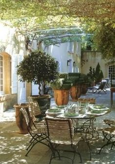 Eine Terrasse in der Provence, lichtdurchflutet... man weiß genau, wie es sich anfühlt.