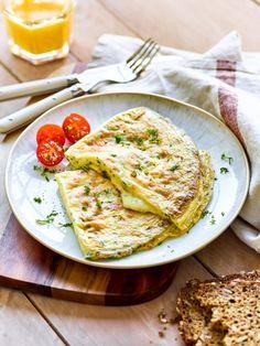"""Wer das Omelette besonders """"grün"""" mag, kann die Kräuter auch mit einem Pürierstab mit dem Ei verquirlen."""
