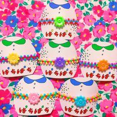 ぱちぱちブレスレット おやすみクラブ なんだかよくわからんパッケージのこの子たちはつやつやステキなお花がキュートなブレスレットです〜 ビーズを編んでみたので存在感○でよい 6種類ある〜 おやすみニューアイテム⑧