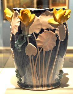 www.italialiberty.it - Galileo Chini - vaso con ninfee e rane 1899-1900, maiolica policroma H. 28 cm.,coll. privata.
