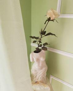 """Marianna Chalkiadaki on Instagram: """"Weekend mornings 🐚 #weekendvibes #weekendmood #femaleformvase #whiterose #decorinspiration #decorationstyle #decorlovers #bedroomdecor…"""" Weekend Vibes, Female Form, White Roses, Mornings, Bedroom Decor, Vase, Blog, Instagram, Style"""