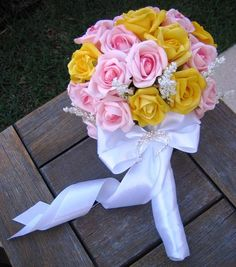 Lindo bouquet com rosas em e.v.a material que imita perfeitamente o toque, aparência e textura de uma rosa natural.Bouquet contém 42 rosas nas cores amarelo outro e rosa, bela e perfeita combinação  Acompanha um lindo broche em STRASS e faz dele uma jóia a para a noiva!  Acabamento em fita de cetim branco pérola e laço  Rosa disponíveis em várias combinações e tonalidades. Qual será a sua? me consultem!