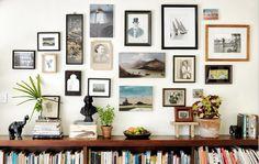 Mit Fotos, Kunst und verschiedenen Gegenständen lässt sich eine Galerie daheim gestalten.