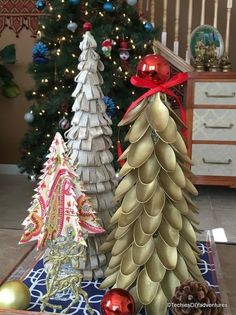 Check out this gorgeous gold plastic spoon Christmas tree.