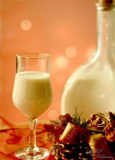 La imagen puede contener: bebida e interior Ponche Crema Recipe, Coquito Recipe, Cocktail Drinks, Alcoholic Drinks, Cocktails, Beverages, Ponche Navideno, Venezuelan Food, Baileys Irish Cream