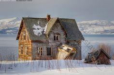 Hylätty - talo autio tyhjä hylätty Lappi Jäämeri Ruija vuono vanha hirsitalo ränsistynyt lumi talvi tunturi maisema