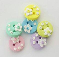 Botones primavera blanco flores en botones pasteles hechos a mano de artesano de la arcilla del polímero. ( 6 )