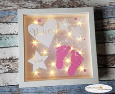 Ein tolles Geschenk zur Geburt, Taufe oder zum Geburtstag. <3 Ich fertige den beleuchteten Rahmen auch gerne mit andersfarbigen Füßchen an (siehe meine anderen Artikel). Der Rahmen ist mit...