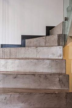 Peldaños de microcemento, un material muy moderno para escaleras y casas modernas. Microcemento en escaleras: Oficinas y tiendas de estilo por Topciment Microcemento https://www.homify.com.mx/proyectos/421494/microcemento-en-escaleras