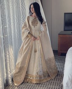 Fashion and Arts - Indian designer outfits - Pakistani Formal Dresses, Shadi Dresses, Indian Gowns Dresses, Indian Fashion Dresses, Dress Indian Style, Pakistani Wedding Dresses, Pakistani Dress Design, Indian Designer Outfits, Pakistani Outfits