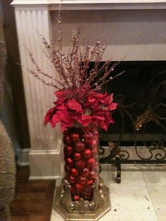 Take a look of few amazing Christmas centerpiece ideas for decoration which are time and money saving as well. Christmas Arrangements, Christmas Centerpieces, Xmas Decorations, Table Centerpieces, Diy Christmas Vases, Flower Arrangements, Noel Christmas, Christmas Wreaths, Christmas Tree Ideas