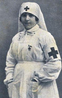 Dama Enfermera de la Cruz Roja Española (María Dolores Bas Bonald) con uniforme de 1921