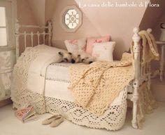 la casa delle bambole di flora: Il letto / The bed