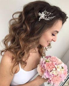 Шпилька с натуральным жемчугом и чешским хрусталём на красавице - невесте 😊 Дорогие невесты, буду очень признательна вам за фото! 🌸 А к нам внезапно подкралась осень! 🍂 как все быстро в этом году 🙈 Но мы рады, что успели насладиться летом в Болгарии 😊 #свадебныеаксессуары #свадебныепрически #свадебныеукрашения #украшениядляволос