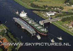 Schip Asita Sun wordt door de multraship sleepboten multratug 9, multratug 20 en multratug 26 geassisteerd bij het passeren van de draaibrug bij Sas van Gent