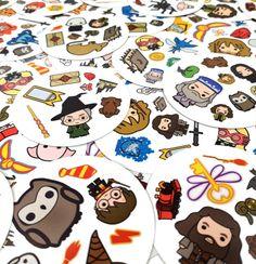 Harry Potter rajongóknak szívből ajánljuk :) A klasszikus Dobble játék új könösbe csomagolva. Találd meg a lapokon a 2 egyforma ábrát: például Dumbledore-t, Hagridot vagy Hermionet.