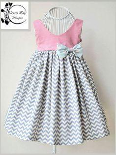 Das Gracelyn Kleid, entworfen von Gracie kann Designs. Dieses super schnelle und einfache Schnittmuster eignet sich für alle Ebenen der nähen. Es verfügt über eine vollständig gefütterter Mieder mit Knopf oder snaps Schließung und Schärpe Riegel an der Rückseite. Der Rock ist sehr schön und für eine erstaunliche Strudel fallen nur unter die Knie voll! Auf Ihre eigene Verzierungen hinzufügen oder Borten, mit Ihrer Phantasie die Möglichkeiten sind endlos! Die digitale Muster-Stücke sind…