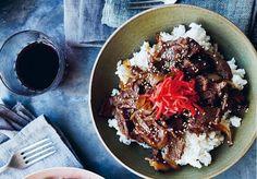 Gyudon – skrovná miska hovězího na rýži – je něco jako japonský ekvivalent hamburgeru. Tempura, Hamburger, Ethnic Recipes, Hamburgers, Burgers