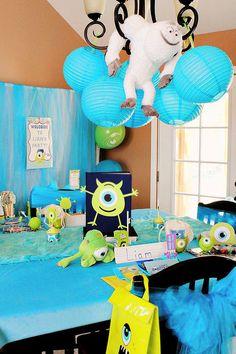 Decoración de fiesta de Monsters University con tonalidades azul y verde. #FiestasInfantiles