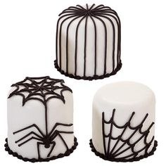 Serve these spider-decorated petit fours on your Halloween sweet table. Wilton Ready-To-Use Decorator Icing covers the cakes, and it shows off the black buttercream icing spider and web decorations quite creepily! Bolo Halloween, Halloween Baking, Theme Halloween, Halloween Food For Party, Halloween Spider, Halloween Cupcakes, Halloween Kids, Halloween Treats, Holloween Cake