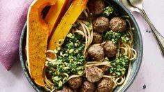 Lad din pesto forblive meget grovhakket, så fungerer den godt som topping. Her får du opskriften på pasta med kødboller, butternutsquash og valnøddepesto