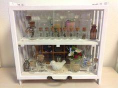 100均☆すのこで作るディスプレイ棚 ♪ Liquor Cabinet, Diy Crafts, Organization, Storage, Interior, Handmade, Furniture, Home Decor, Getting Organized