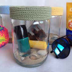 De zomer in een potje!  Deksel omhaakt met mooi kleurtje katoen. Zand en schelpen erin. Favo nagellak, lipgloss, fotootje erbij en klaar! Leuk als aandenken voor jezelf of als cadeau!