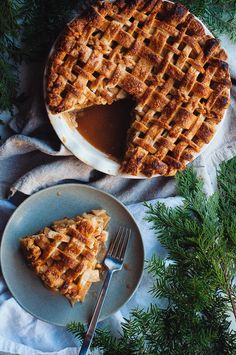 Chai apple pie, What's the holiday season without an apple pie? The smell of warm spices and slowly cooking apples just makes your home seem so cozy an. Apple Pie Recipes, Tart Recipes, Sweet Recipes, Baking Recipes, Vegan Recipes, Pie Dessert, Dessert Recipes, Mini Pumpkin Pies, Apple Pies