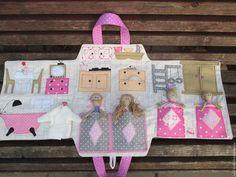 Купить или заказать Кукольный домик-сумка 'СЕМЕЙНЫЙ' в интернет-магазине на Ярмарке Мастеров. Мой новый кукольный домик-сумка 'СЕМЕЙНЫЙ' В этом домике живут мама, папа и две сестрички)) Домик- сумочку можно брать с собой в гости, путешествия, не занимает много места, удачный вариант для игры в машине, самолете... У всех членов семьи есть свои кроватки, а у детей даже игровая комната,дверь платяного шкафчика открывается, там хранится одежда, мама может готовить вкусности на кух...