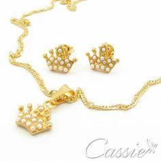 Novidade Cassie!!  Colar Coroa di Perla folheado a ouro com corrente tipo cingapura e pingente de coroa com micro pérolas. Acompanha o par de brincos.  ╔══════════   ═════════╗  #Cassie #semijoias #acessórios #moda #fashion #estilo #inspiração #tendências #trends #brincos #aneldefalange #love #pulseirismo #zircônias #folheado #dourado #colar #pulseiras #berloques #coroa #charms #maxibrinco #anellove # #❤ #