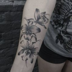 """401 curtidas, 5 comentários - Michel Trip Tattoo (@micheltrip) no Instagram: """"Orquídeas Negativadas com pontilhismo e preto. Obrigado Natalia pela confiança e por aguentar até o…"""""""