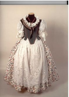Fòrum Faller Independent - Ideas para hacer unas manteletas - Abans mortes que senzilles Folk Clothing, Historical Clothing, Folk Costume, Costumes, Beautiful Outfits, Cool Outfits, European Dress, School Dresses, Renaissance Dresses