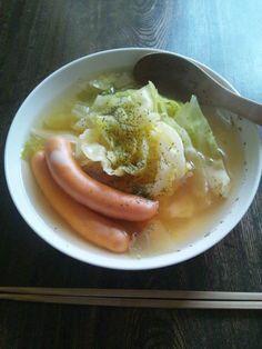 福生ハムさんの絹引きソーセージでコンソメスープ。優しい味はキャベツの甘みに合う。2012年3月23日。
