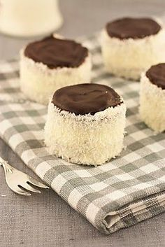 "Ruske kape – šubare / ""Russian hats"" – buttercream mini cakes with coconut – Sweet Corner Jasenka Albanian Recipes, Bosnian Recipes, Croatian Recipes, Bosnian Food, Albanian Food, Serbian Food, No Bake Desserts, Delicious Desserts, Dessert Recipes"