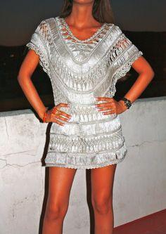 Em linha Ice Yarn na cor prateada meu conselho de fio para este vestido.
