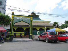 Masjid Lama Gang Bengkok merupakan simbol kerukunan antaragama dan etnis di Medan, Sumatra Utara.