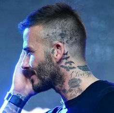 The footie legend, has had an intricate grouping of planets inked onto his left temple. David Beckham showcased a brand new solar system tattoo on his head. David Beckham Neck Tattoo, Tatuajes David Beckham, David Beckham News, David Beckham Haircut, David Beckham Style, David Beckham New Hair, David Beckham Beard, Tattoo Foto, Tattoo Sketches