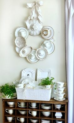 Teacup Crafts, China Plates, Ideias Diy, Frame Wreath, Wreath Crafts, Door Wreaths, Cheap Home Decor, Decorative Accessories, Making Ideas