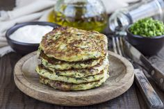 Vegetarian zucchini fritters or pancakes, served with greek yogurt and green onion on wooden background Vegan Recipes Videos, Vegan Lunch Recipes, Detox Recipes, Breakfast And Brunch, Breakfast Snacks, Dinner Recipes Easy Quick, Quick Easy Meals, Plats Healthy, Zucchini Fritters