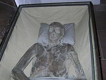 Eight naturally mummified bodies in glass coffins are housed in an underground crypt. Bleikeller Church in Bremen, Germany Ancient Aliens, Ancient History, Mummified Body, Bremen Germany, Future Travel, Travel Abroad, Macabre, Time Travel, Coffin